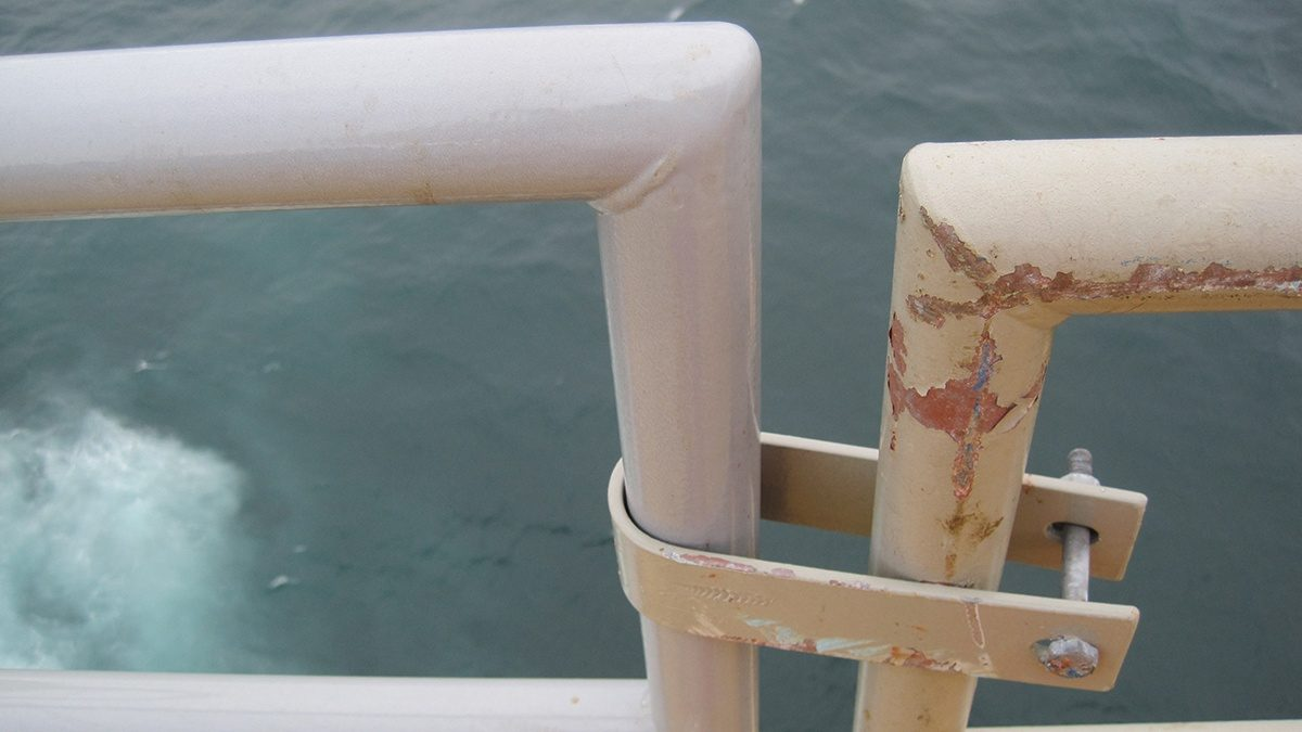 Comparing hand rails: painted with PPA 571 (left) and painted with liquid paint (right) six years ago